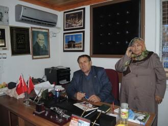 Am Schreibtisch mit Frau