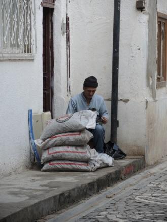 Kohlen aus großen Säcken in kleine füllen