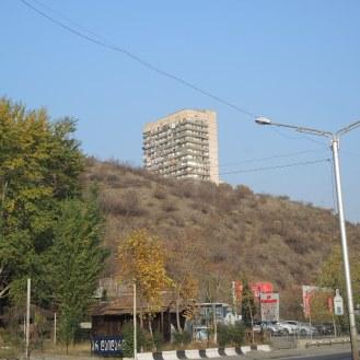 Sensibel in die Landschaft einmassierte Hochhäuser